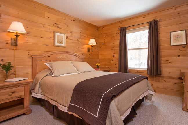 Queen bed in bedroom of 2 bedroom cabin
